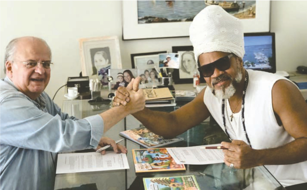 Presidente Carlos cruz e Carlinhos Brown, durante assinatura do convênio